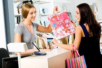 2d1cab6ad Quando vai às compras, o consumidor espera um atendimento de qualidade, ou  seja, quer que o vendedor lhe receba bem, mostre-se disposto a apresentar  ...
